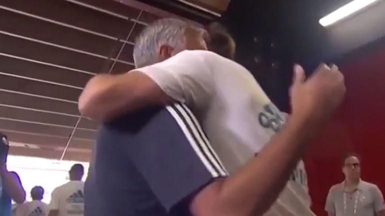 Mourinho cumprimentou toda a equipa do Real Madrid... mas com Bale foi especial