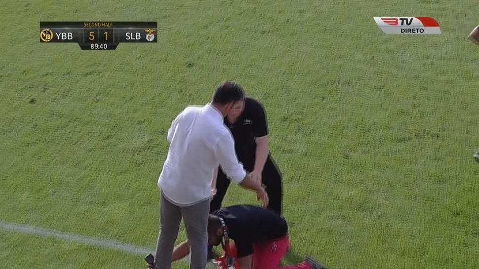 Adepto do Benfica invadiu relvado e... ajoelhou-se perante Rui Vitória