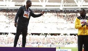 Uma imagem raramente vista: Bolt no degrau mais baixo do pódio