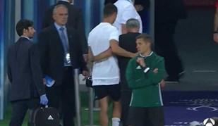 A imagem que está a correr o Mundo: o abraço entre Mourinho e Ronaldo