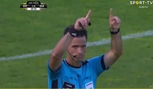 Carlos Xistra foi o primeiro árbitro a recorrer ao monitor no relvado