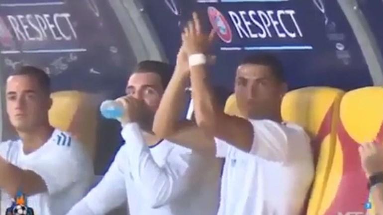 Cristiano Ronaldo nem no banco se cansa de ser o melhor do mundo