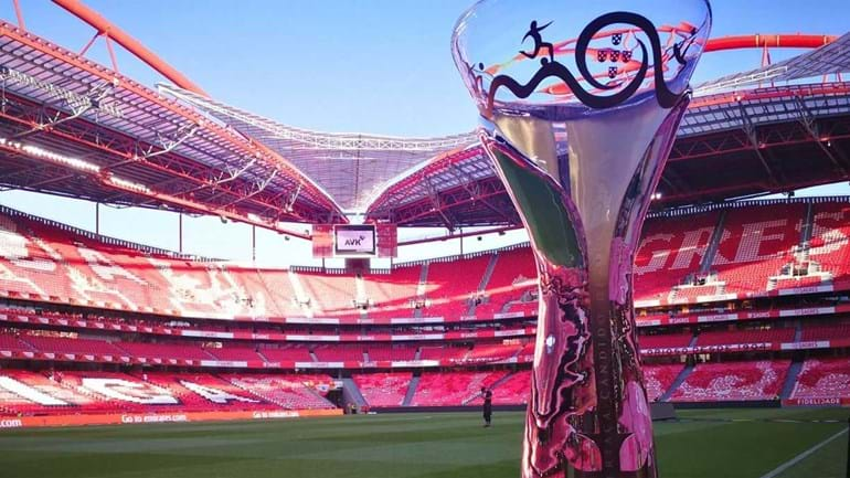 Benfica mostra Supertaça aos adeptos