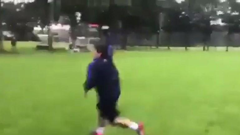 Maradona mostra como se marca um livre direto