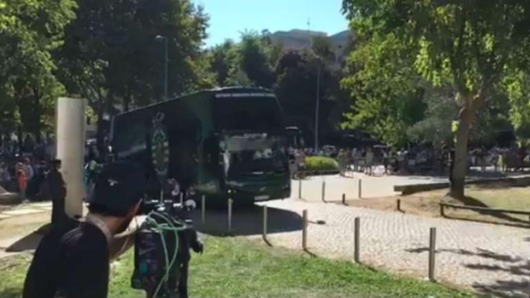 Foi assim a chegada do autocarro do Sporting a Guimarães