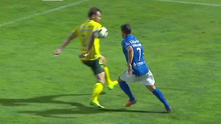 O penálti polémico que resultou no golo da vitória do Feirense