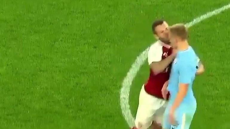 Wilshere perdeu a cabeça e foi expulso... nas reservas do Arsenal