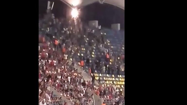 Arremesso de tochas provoca confusão na bancada dos adeptos do Sporting