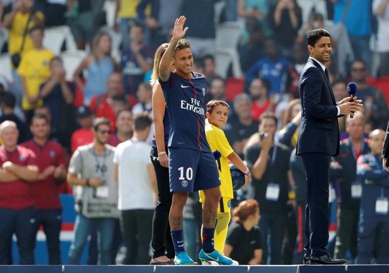Houve Fumo Branco, Palanque E Neymar Sem Camisola