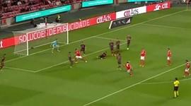 Raúl Jiménez apanhou a bola no ar e encheu o pé para marcar