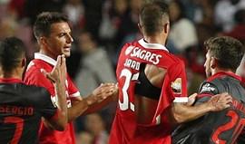 Final de jogo quente: Jardel de camisola rasgada e Samaris agarrou pescoço de Paulinho