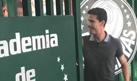 Jogador do São Paulo foi ao centro de treinos do Palmeiras e as redes sociais não perdoaram