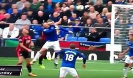A cotovelada que deixou Rooney a sangrar e em fúria