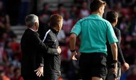 Mourinho acha que não entrou em campo mas até abraçou o quarto árbitro