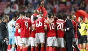 O momento de união da equipa do Benfica depois do empate