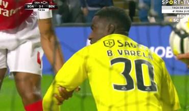 Luisão foi levantar Bruno Varela depois do erro do guarda-redes