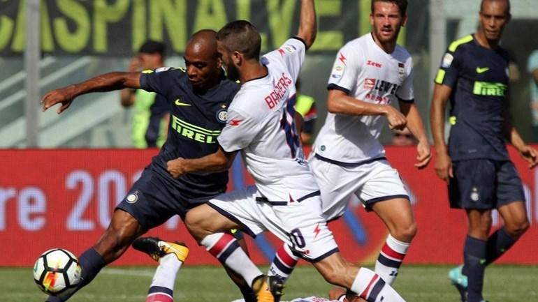 Inter de Milão derrota Crotone e assume liderança — Italiano