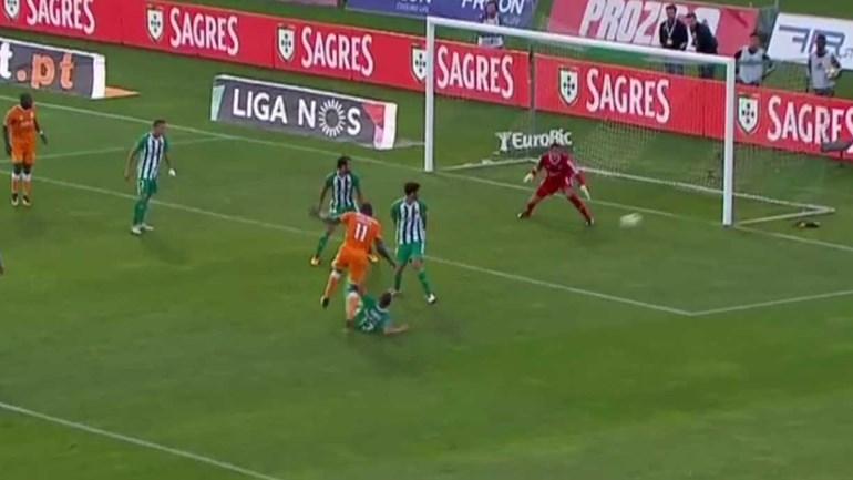 Marega foi um autêntico 'trator' no segundo golo do FC Porto