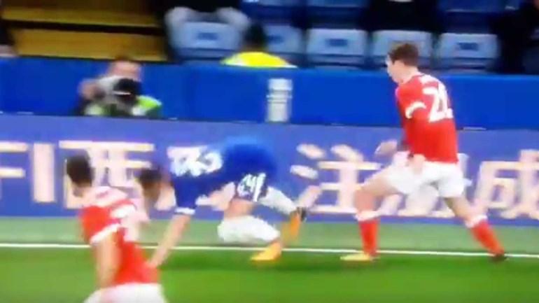 Cahill frente ao Nottingham Forest: tudo junto e dá um belo... 'worst of'