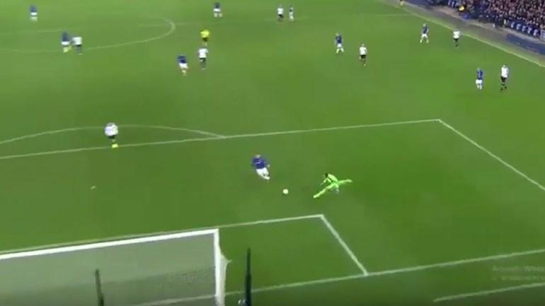 Rooney aproveita erro caricato para bater Bruno Vale