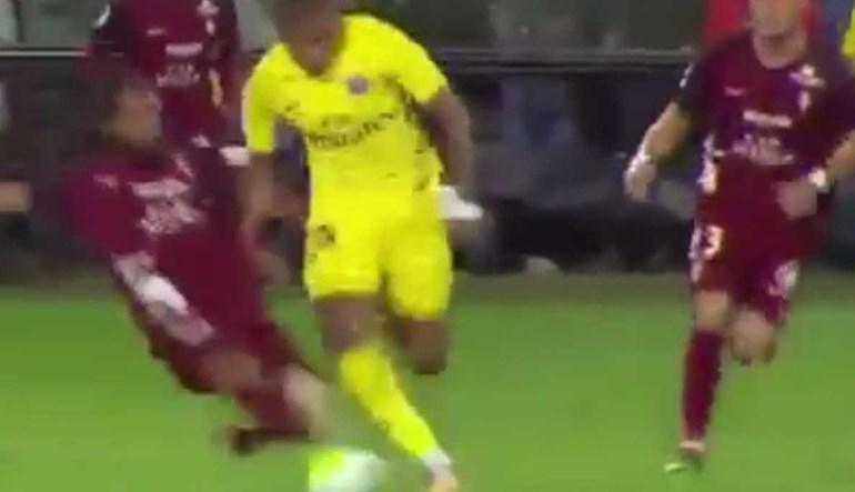 Desarmou Mbappé mas como tocou na estrela do PSG... foi expulso