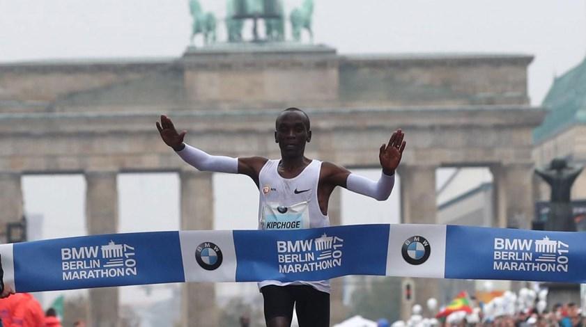 Eliud Kipchoge vence maratona de Berlim
