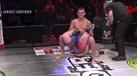 Inglês finaliza adversário com golpe nunca visto no MMA
