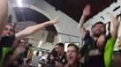 Jogadores do Vasco da Gama da Vidigueira à mesa a cantar com adeptos do V. Guimarães