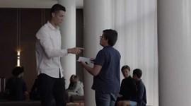 Desta vez é Ronaldo quem está a pedir um autógrafo...