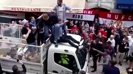 Adeptos do Man. United fazem a festa... em cima de carrinha da CM de Lisboa