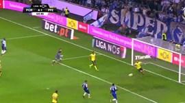 FC Porto chega à mão cheia com golo de Corona