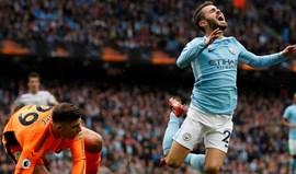 Treinador do Burnley 'ataca' Bernardo Silva: «Se pontapeasse o meu filho ele não cairia assim»