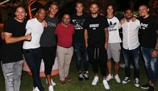 Jogadores do Benfica reunidos ao jantar