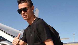 A caminho de Londres, Cristiano Ronaldo mostra como o dourado lhe fica bem