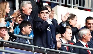 Maradona não faltou ao Tottenham-Liverpool e levou 'companhia'