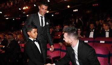 A foto do filho de Cristiano Ronaldo a cumprimentar Messi corre mundo