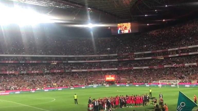 Foi impossível não ficar arrepiado com o hino cantado na Luz depois do jogo