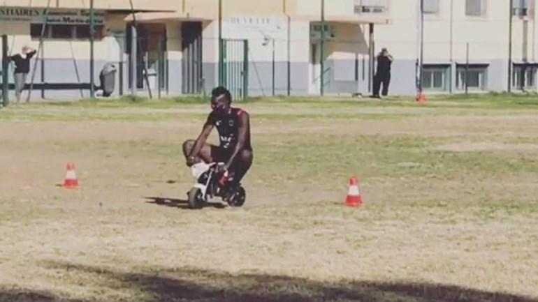 Balotelli aproveitou pausa internacional para treinar... número de circo