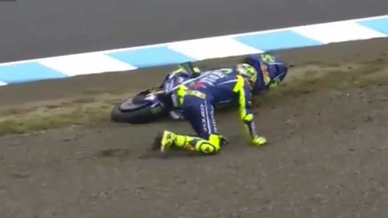 Rossi ainda não tem a perna recuperada e já anda aos 'trambolhões'