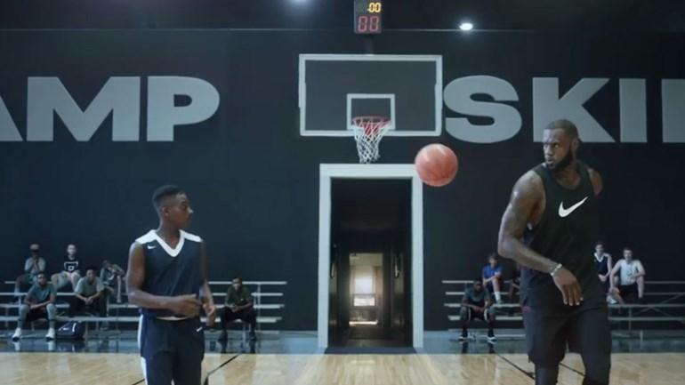 LeBron James 'ajuda' criança a tornar-se estrela da NBA