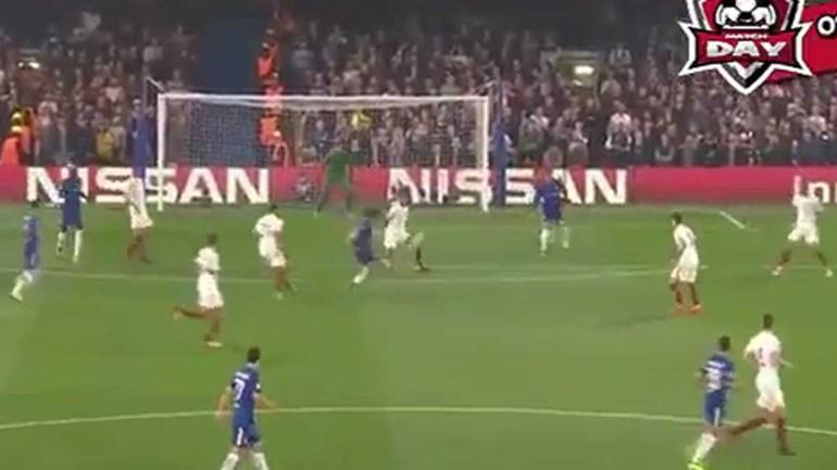 David Luiz 'fez tabela' com adversário e... marcou este golaço