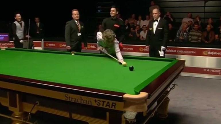 Ronnie O'Sullivan deixa espectadora dar a sua última tacada