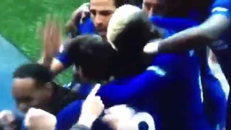 'Steward' foi apanhado no meio da festa do Chelsea... e levou umas 'chapadas' de Fàbregas
