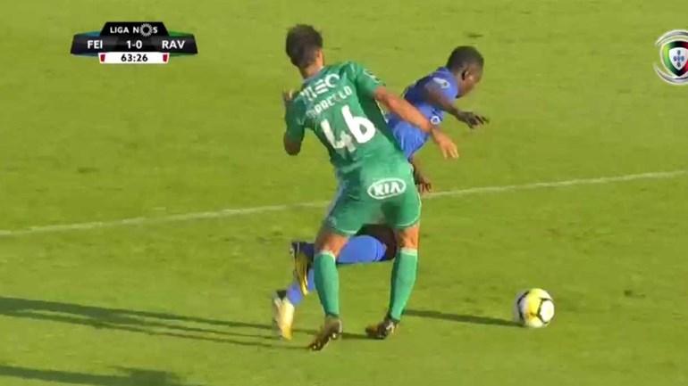 Rui Oliveira recorreu ao vídeo-árbitro e... mandou seguir