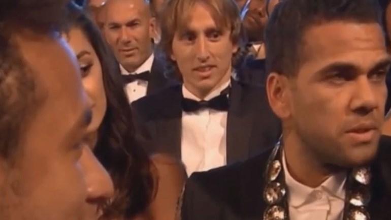 A apresentadora provocou e Dani Alves e Neymar alinharam na brincadeira