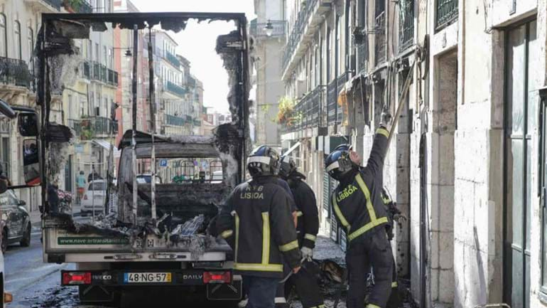 Camião frigorífico ardeu junto à Assembleia da República
