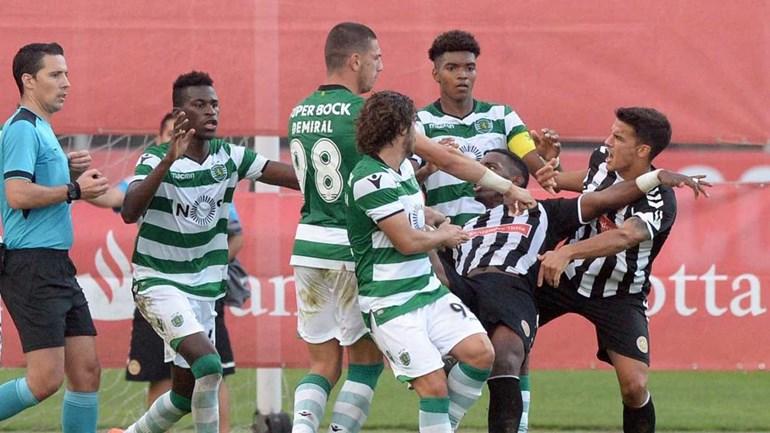 As imagens da confusão no final do Nacional-Sporting B