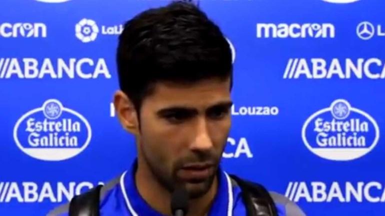 Jogador do Deportivo não aguenta a emoção nem os palavrões para se atirar ao árbitro