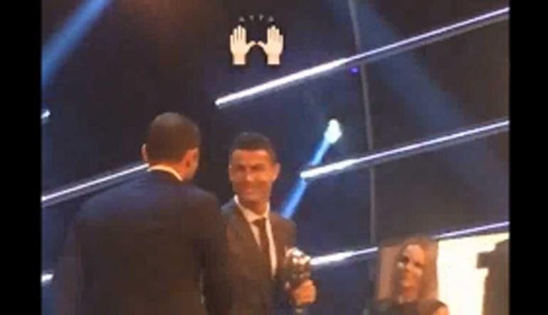 Ronaldo subiu ao palco e na plateia amigos e família reagiram assim