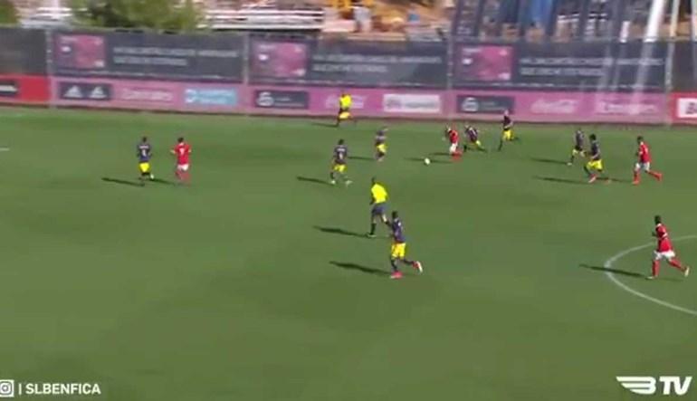 Jovem do Benfica fintou meia equipa e fez golo do outro Mundo